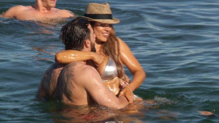 Jessica und Sebastian gehen im Meer auf Tuchfühlung.