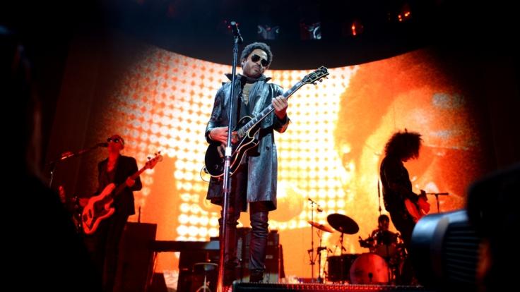 Lenny Kravitz gab seinen deutschen Tourauftakt in der Berliner O2-World vor einem eher gemäßigten Publikum. (Foto)