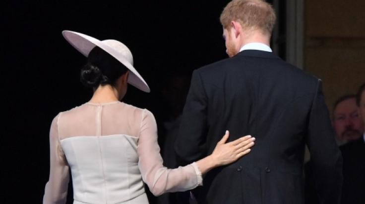 Drei Tage nach ihrer romantischen Hochzeit auf Schloss Windsor zeigen sich Meghan Markle und Prinz Harry verliebt bei einem öffentlichen Termin.