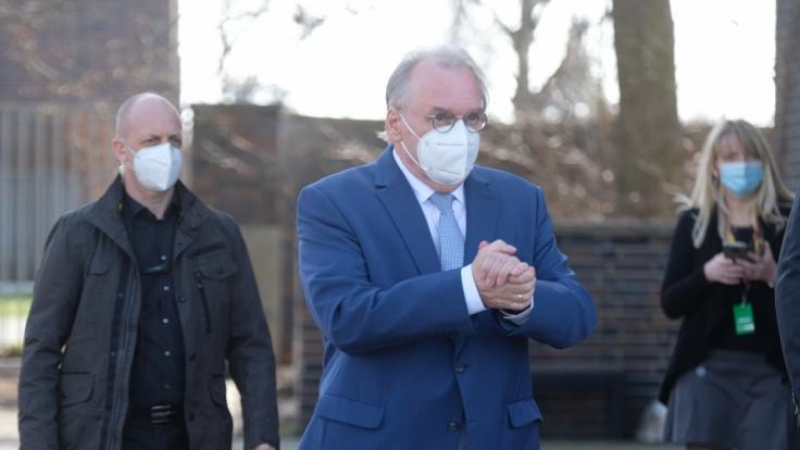 Reiner Haseloff, Ministerpräsident von Sachsen-Anhalt, geht zum Veranstaltungsort des Parteitages der CDU Sachsen-Anhalt. (Foto)