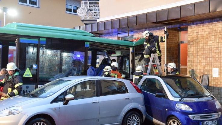 Ein Schulbus ist in Eberbach in Baden-Württemberg nach ersten Angaben der Polizei an eine Hauswand gefahren, dabei wurden mehrere Fahrgäste verletzt. (Foto)
