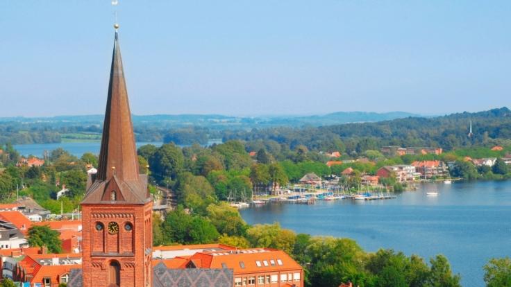 Am Nordufer des reizvollen Großen Plöner Sees liegt die sehenswerte Stadt Plön mit ihren vielen Freizeitangeboten. (Foto)