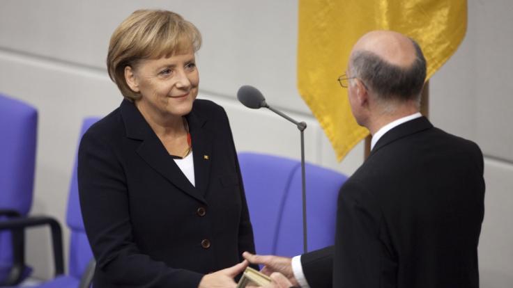"""Angela Merkel im Jahr 2009. Um ihren Hals die """"Deutschland""""-Kette, welche bereits für etliche Schlagzeilen sorgte. (Foto)"""