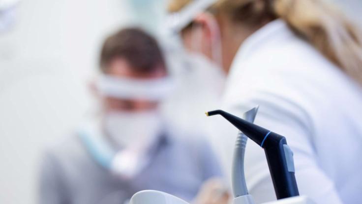 Die Staatsanwaltschaft prüft gerade rechtliche Schritte gegen den Impf-Zahnarzt. (Symbolfoto)