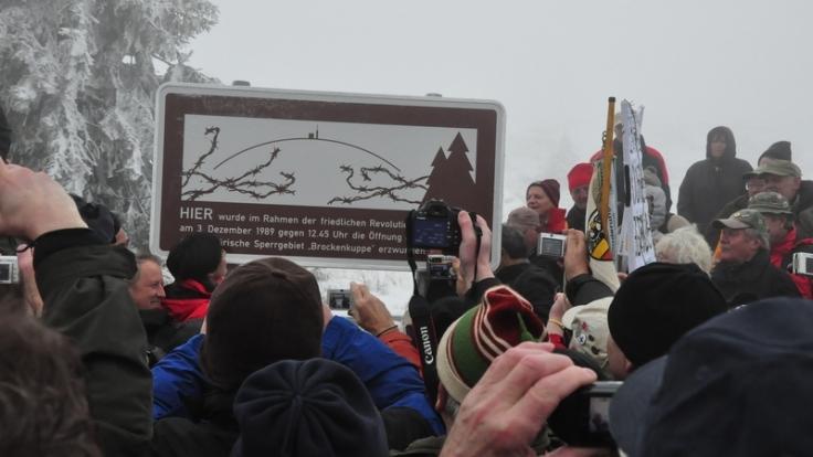 Auf dem Brocken bei Schierke wird diese Gedenktafel zur Erinnerung an die Maueröffnung enthüllt. (Foto)