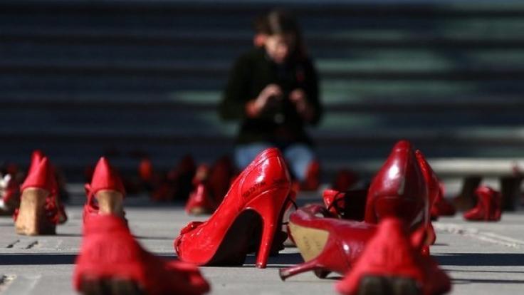 Rote Schuhe vor dem Büro der Staatsanwaltschaft in Ciudad Juarez. Die Aktion ist Teil eines Protests gegen die seit Jahren anhaltenden Frauenmorde in der nordmexikanischen Stadt.