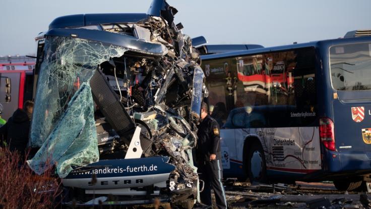 Nach der Kollision zweier Linienbusse in Ammerndorf (FRanken) gleicht die Unfallstelle einem Trümmerfeld.