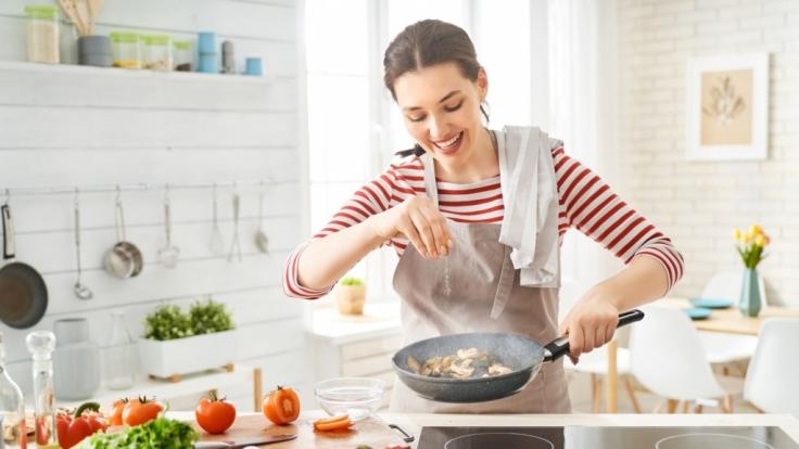 Der Krebs und der Stier sind gern daheim und genießen es, für ihre Lieben zu kochen. (Foto)