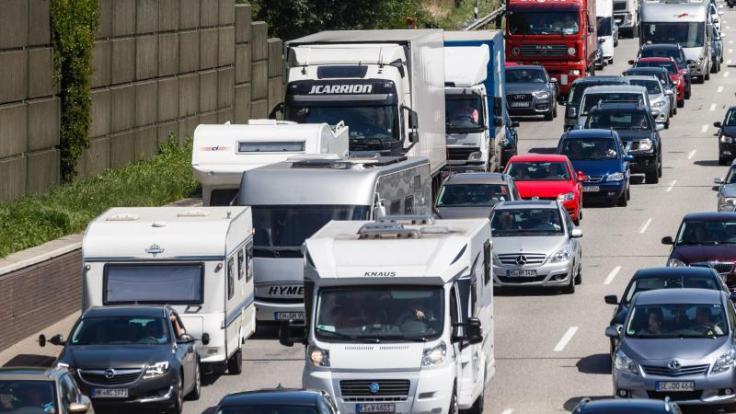 Wer sich in den kommenden Tagen mit dem Auto oder dem Wohnmobil auf den Weg in den Urlaub macht, muss mit vielen Staus rechnen. (Foto)