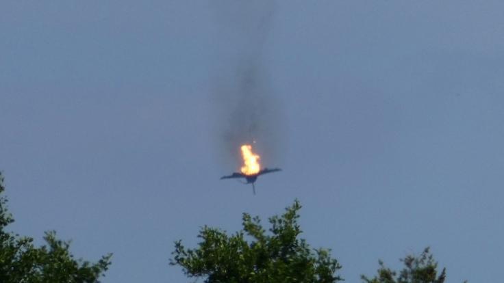Ein brennendes Flugzeug des Typs