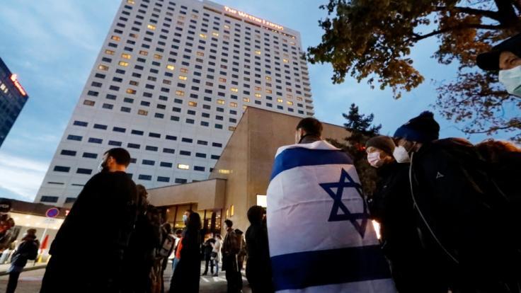 """Nach Antisemitismus-Vorwürfen haben sich Hunderte Menschen vor dem """"Westin Hotel"""" Leipzig versammelt, um Solidarität mit dem Musiker Gil Ofarim und Jüdinnen und Juden in Deutschland zu zeigen. (Foto)"""
