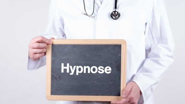 Ein Hypnose-Arzt soll sich in seiner Praxis an seinen Patienten vergangen haben.