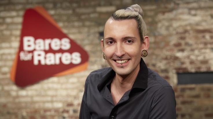"""Fabian Kahl ist der Paradiesvogel bei """"Bares für Rares"""" im ZDF. (Foto)"""