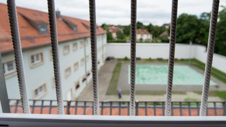Infolge der Coronakrise könnten Häftlinge früher als geplant aus Gefängnissen entlassen werden.