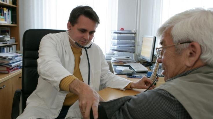 Die Beziehung zwischen Arzt und Patient schwankt zwischen Vergötterung und Verärgerung. (Foto)