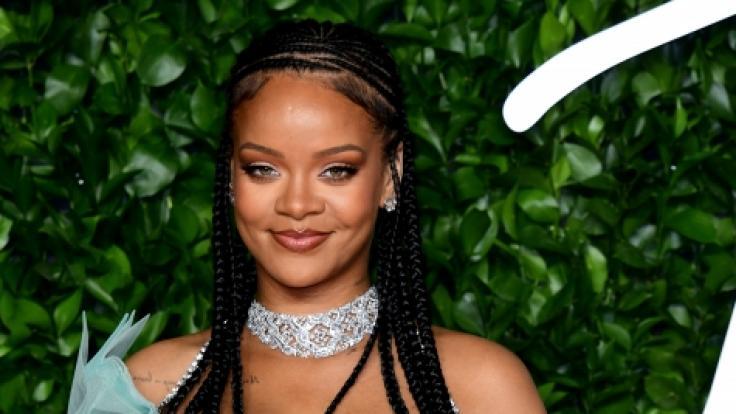Sängerin Rihanna zeigt sich bei denBritish Fashion Awards 2019 mit einer auffälligen Wölbung am Bauch. (Foto)