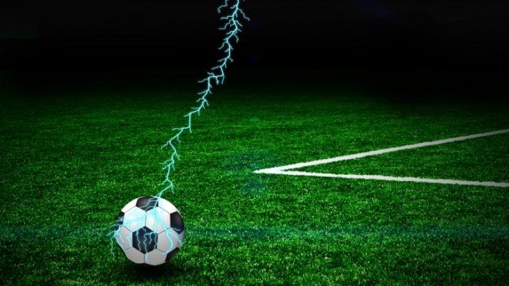 Ein neunjähriger Junge ist beim Fußballspielen von einem Blitz getroffen und getötet worden (Symbolbild). (Foto)