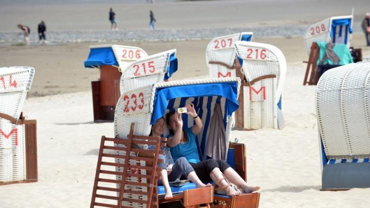 Sonnenbad am Strand. Ein Selfie darf natürlich nicht fehlen, doch landet es auf Facebook, Twitter oder Instagram, bietet es Einbrechern eine Steilvorlage. (Foto)