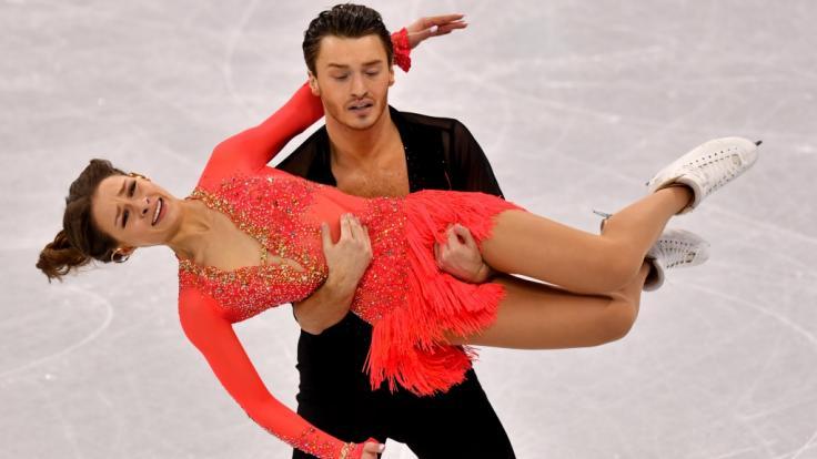 Mit seiner Eistanzpartnerin Kavita Lorenz steht Panagiotis