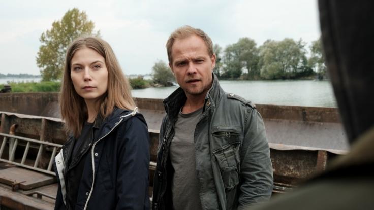 Hannah (Nora von Waldstätten, l.) und Micha (Matthias Koeberlin, r.) sind auf dem Schiff des Naturschutzvereins, der ihnen besonders verdächtig erscheint. Sind sie auf der richtigen Spur? (Foto)