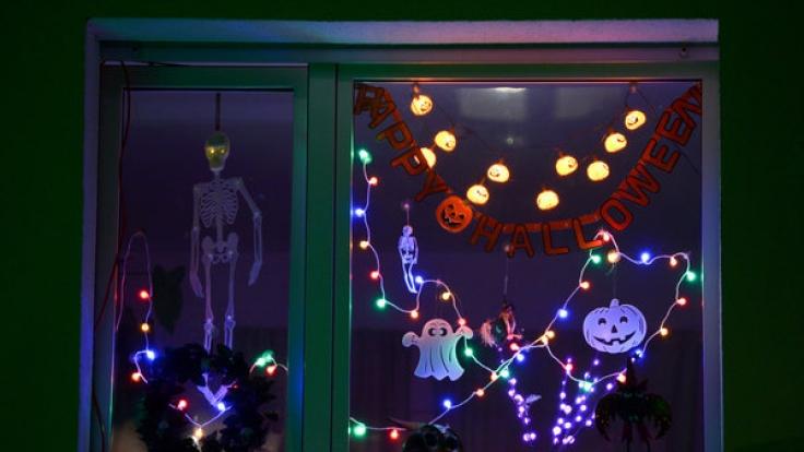 Auch die passende Halloween-Deko darf natürlich nicht fehlen.