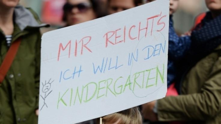 Eltern und Kinder demonstrieren gegen den Kita-Streik.