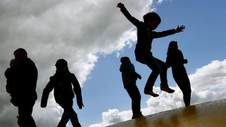 Beim Springen auf einer Hüpfburg wurde ein 4-jähriger Junge schwer verletzt. (Foto)