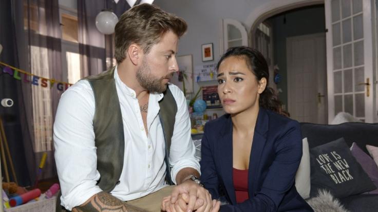 John (Felix von Jascheroff) versucht Shirin (Gamze Senol) die Angst vor der Urteilsverkündung nehmen. (Foto)