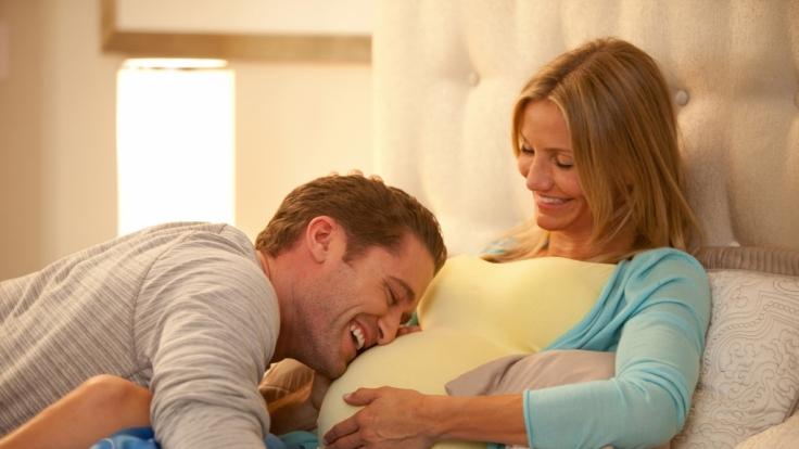 Fitnesstrainerin Jules (Cameron Diaz) und Tanzlehrer Evan (Matthew Morrison) erwarten ein Baby. (Foto)