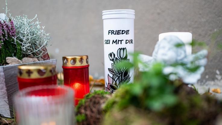 Anwohner von Detmold legten Kerzen und Kränze am Wohnhaus des ermordeten Dreijährigen nieder. (Foto)