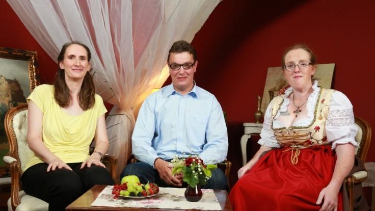 Auf dem Scheunenfest lernt Thomas, der einsame Münsterländer Renate (l.) und Nicole näher kennen.