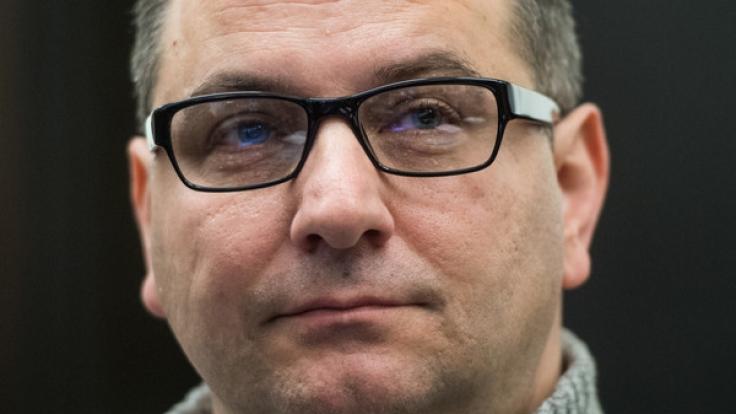 Wilfried W. am 16. November im Landgericht Paderborn. Die Staatsanwaltschaft wirft dem 46-Jährigen und seiner Ex-Frau zweifachen Mord durch Unterlassen und mehrfache Körperverletzung vor. (Foto)