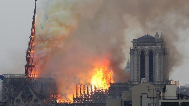 Große Teile des Dachstuhls stehen in Flammen. (Foto)