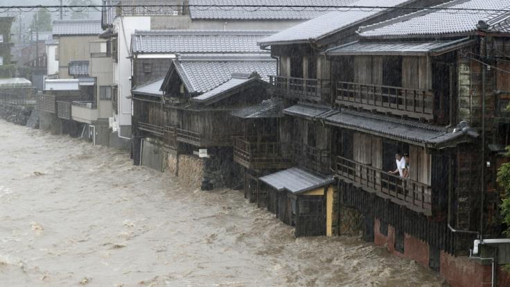 """Das Hochwasser eines Flusses überschwemmt den Ort. In Japan hat der heftige Taifun """"Hagibis"""" erste Schäden angerichtet. (Foto)"""