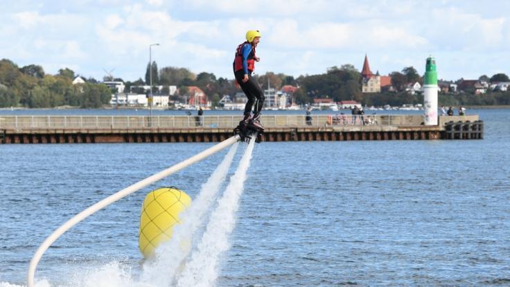 Florian Weiss springt mit dem Flyboard über das Wasser. (Foto)