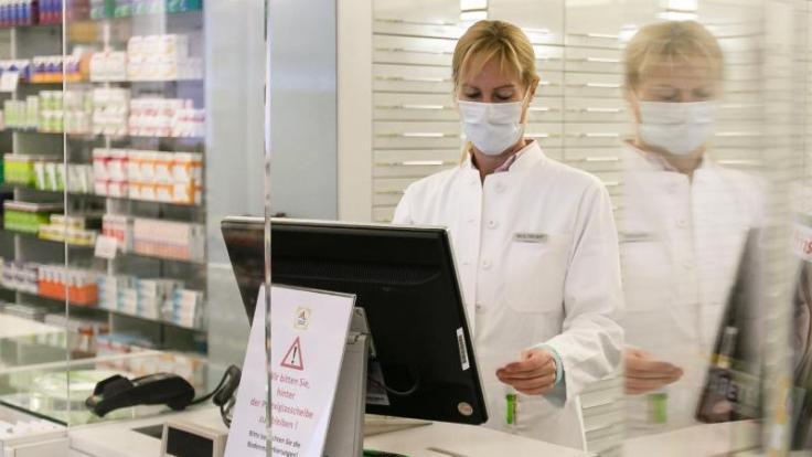 Viele Apotheken und Einzelhändler schützen ihre Mitarbeiter mit den Scheiben vor einer Ansteckung mit Corona.