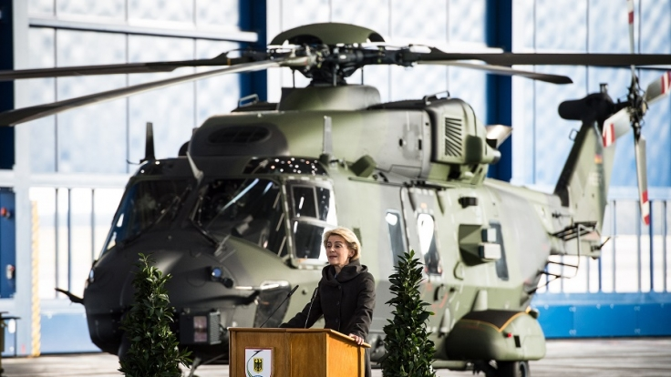 Verteidigungsministerin Ursula von der Leyen verteidigt Hubschrauber-Anschaffung. (Foto)