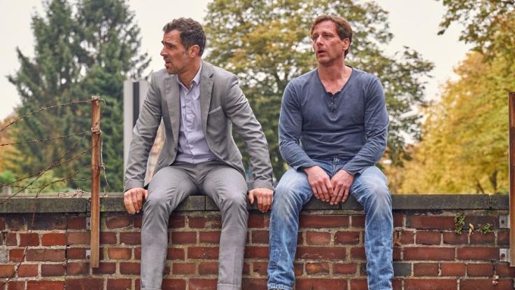 Stefan Vollmer (Hendrik Duryn, r.) und Michael (Gabriel Merz) wollen Ole vor einer Dummheit bewahren.