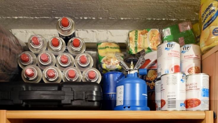 Ein Vorratsregal mit Gasflaschen, Lebensmitteln und Wasserreinigungs-Equipment ist der ganze Stolz von sogenannten Preppern, die den Katastrophenschutz lieber selbst in die Hand nehmen und sich für den Ernstfall rüsten. (Foto)