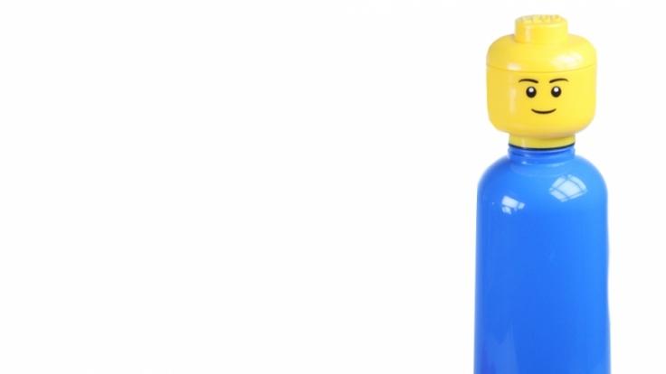Die LEGO-Trinkflaschen kommen wahlweise in rot oder blau daher.