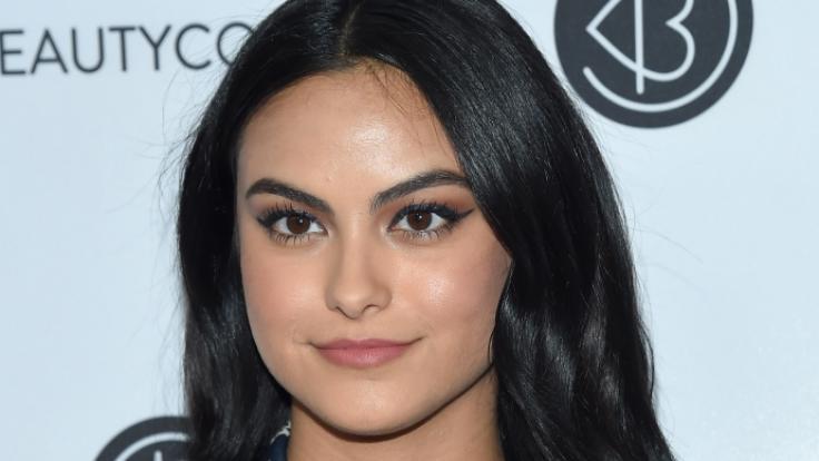 """Camila Mendes spielt bei """"Riverdale"""" die furchtlose Veronica Lodge. Am Set der Hitserie hatte sie aber mit Panikattacken zu kämpfen! (Foto)"""