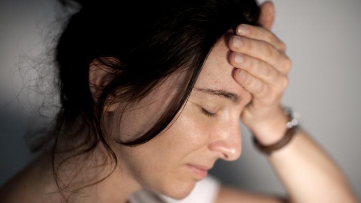 Eine Migräneattacke beschert Betroffenen nicht nur unerträgliche Kopfschmerzen, sondern geht oft auch mit Übelkeit, Erbrechen oder Licht- und Geräuschempfindlichkeit einher.