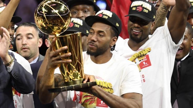 Die Toronto Raptors haben zum ersten Mal die Meisterschaft in der nordamerikanischen Basketball-Liga NBA gewonnen - Kawhi Leonard feiert den Sieg.