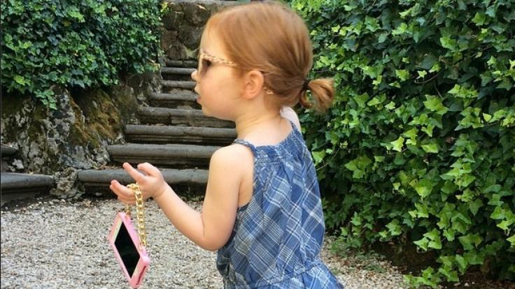 Die Dreiährige auf ihrem Europa-Trip: kurzer Stopp in Rom. Sie trägt Ralph Lauren und hat ihr iPhone natürlich dabei.