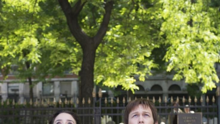 Philippe (Joseph Gordon-Levitt) und seine Freundin Annie (Charlotte Le Bon) können die Größe des WTC kaum fassen. (Foto)