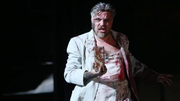 """Aljoscha Stadelmann als """"Der Riese"""" im Theaterstück """"SPAM - Fünfzig Tage"""" im Schauspielhaus in Hamburg. (Foto)"""