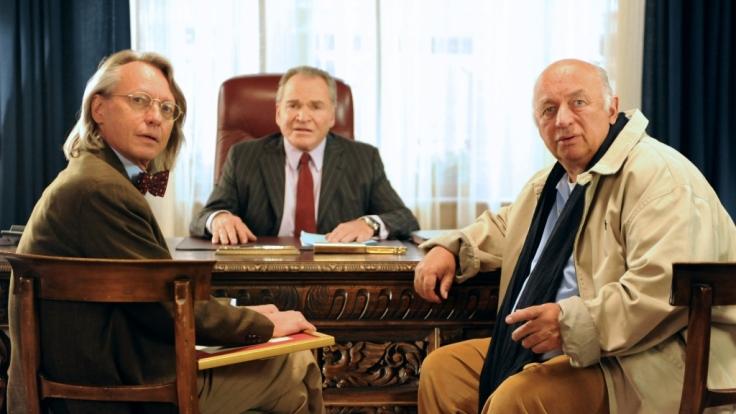 Bürgermeister Wöller (Fritz Wepper, M.) bespricht mit Treptow (Andreas Wimberger, l.) und Huber (Wolfgang Müller, r.) den Casino-Plan, da werden sie gestört. (Foto)