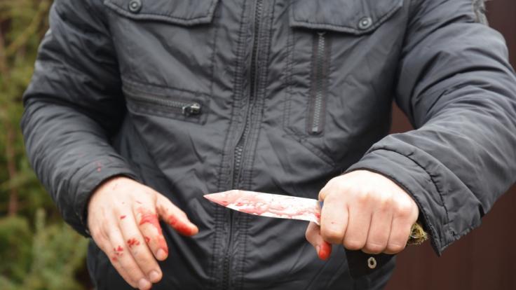 Nach einer Messer-Attacke auf einen Polizisten im englischen Middlesbrough sucht die Polizei fieberhaft nach den Tätern (Symbolbild). (Foto)