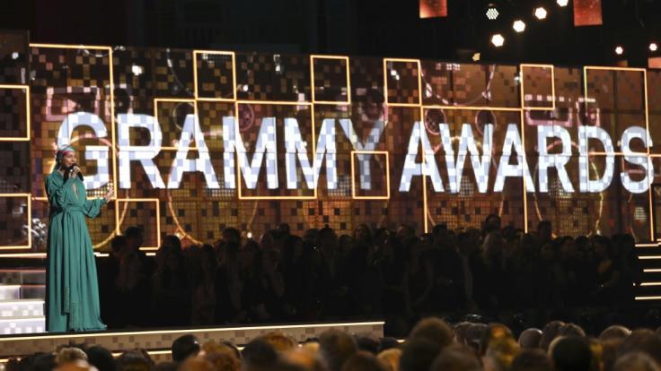 Moderatorin Alicia Keys spricht im Rahmen der 61. Grammy Awards im Staples Center auf der Bühne. (Foto)