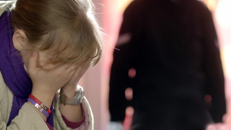 Weil seine Tochter nicht schlafen wollte, soll ein Mann in Mecklenburg-Vorpommern sein Kind ausgesetzt haben (Symbolbild).